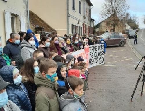 Pour le 1° dimanche des vacances manifestation pour l'école publique à Pouzy-Mézangy.